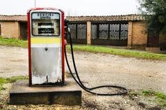 Verlassene Gaspumpe in der italienischen Landschaft Lizenzfreie Stockfotos
