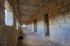 Verlassene Gebäude eines Militärstützpunkts Stockfotos