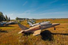 Verlassene gebrochene alte Militärkämpferflugzeuge auf grasartigem Boden Stockfotografie