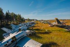 Verlassene gebrochene alte Militärkämpferflugzeuge auf grasartigem Boden Lizenzfreies Stockfoto