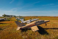 Verlassene gebrochene alte Militärkämpferflugzeuge auf grasartigem Boden Lizenzfreies Stockbild