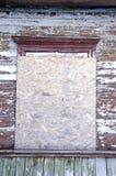 Verlassene genagelte-oben hölzerne Spanplatte des Hauses Fenster Stockfotos