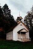 Verlassene geschlossene hölzerne Kirche in einem Wald in der Landschaft stockbild