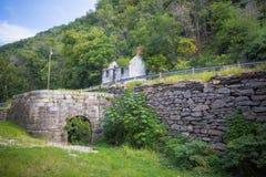 Verlassene Häuschen-und Wasser-Mühle Stockfoto