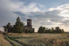 Verlassene hölzerne Kirche in der Herbstlandschaft lizenzfreie stockfotos