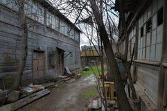 Verlassene hölzerne Wohnung, das alte Yard Notwohnung lizenzfreie stockfotos