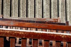 Verlassene Holzbanken Stockfotos