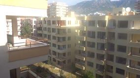 Verlassene Hotels in der Türkei, zerbrochene Fensterscheiben, Altbauten stock footage