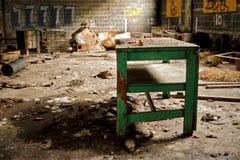 Verlassene industrielle Fabrik-Lager-Tabelle lizenzfreie stockfotografie