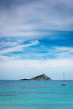 Verlassene Insel und Segelboote Lizenzfreie Stockfotos
