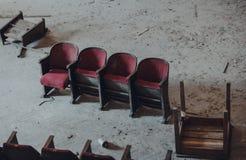 Verlassene Kinositze lizenzfreies stockfoto