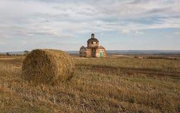 Verlassene Kirche in der Herbstlandschaft stockbild