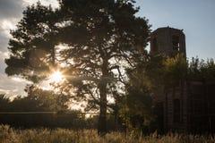 Verlassene Kirche in der untergehenden Sonne Stockfotos