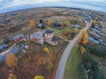 Verlassene Kirche im Dorf Trestna Herbst Stockfotos