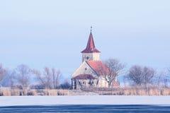 Verlassene Kirche mitten in dem gefrorenen See in der Tschechischen Republik lizenzfreies stockbild