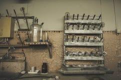 Verlassene Labortabelle mit Ausrüstung Stockbild