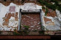 Verlassene Lager-Äußer-Backsteinmauer lizenzfreie stockbilder