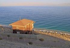 Verlassene Leibwächterhütte auf der Küstenlinie von Totem Meer lizenzfreies stockbild