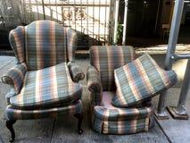 Verlassene Möbel auf Stadtbürgersteig Stockfoto
