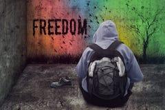 Verlassene Mannzeichnungsfreiheit auf der Wand in einem geschlossenen Schmutzraum Stockfotos