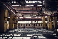 Verlassene metallurgische Baggeranlage oder Fabrik Innen, industrielles Lagergebäude, das auf eine Demolierung wartet stockbild