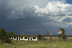 Verlassene Motel-Szene mit Sturm Stockfoto