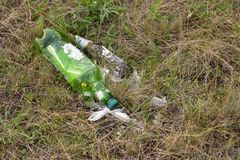 Verlassene Plastik- und Glasflasche auf Natur, Verschmutzung der Natur stockfotografie