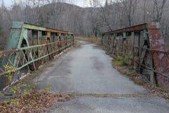 Verlassene rostige alte Brücke Lizenzfreie Stockbilder