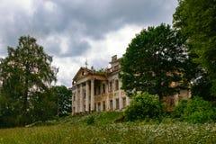Verlassene Ruinen des klassischen Palastes lizenzfreies stockbild