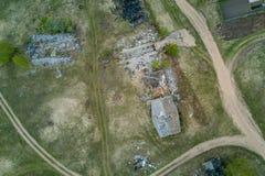 Verlassene ruinierte Dorf- und Landstraße stockfoto