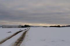 Verlassene schneebedeckte Straße Stockfoto
