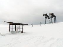 Verlassene Skischleppseilstation Lizenzfreie Stockfotos