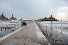 Verlassene Strandstrohregenschirme auf dem Strand stockbild