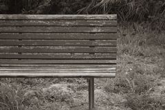 Verlassene und ruinierte Holzbank stockbilder