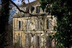 Verlassene Villa, in der niemand für eine lange Zeit ausgenommen Geister gelebt hat stockbilder