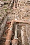 Verlassene Wasserleitungen im Abzugsgraben Stockfoto