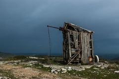 Verlassene Windmühle in Serra de Janeanes Lizenzfreie Stockfotografie