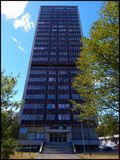 Verlassene Wolkenkratzerrückseite Stockfoto