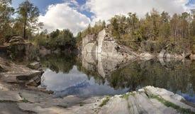 Verlassener überschwemmter Steinbruch in Jesenik-Region, Tschechische Republik, Lizenzfreie Stockfotos