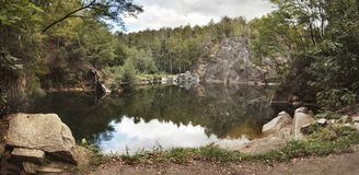 Verlassener überschwemmter Steinbruch in Jesenik-Region, Tschechische Republik, Stockbilder