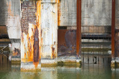 Verlassener Abwasserteich an der alten Fabrik Lizenzfreie Stockbilder