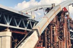 Verlassener alter Bau der großen Technik der Brücke Stockbilder