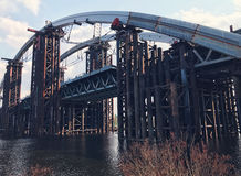Verlassener alter Bau der großen Technik der Brücke Stockbild