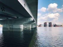 Verlassener alter Bau der großen Technik der Brücke Stockfotografie