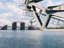 Verlassener alter Bau der großen Technik der Brücke Lizenzfreie Stockfotografie