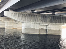 Verlassener alter Bau der großen Technik der Brücke Lizenzfreie Stockfotos