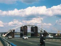 Verlassener alter Bau der großen Technik der Brücke Stockfoto