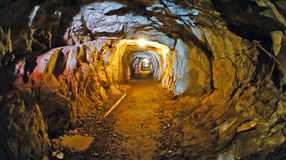 Verlassener alter Minenschachttunneldurchgang Stockbild