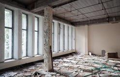 Verlassener aufbauender Innenraum Alte Betonmauern Lizenzfreie Stockfotografie