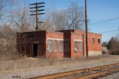 Verlassener Bahn-Seiten-Gebäude-Vorfrühling Lizenzfreie Stockfotografie